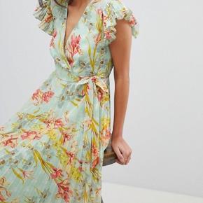 mega smuk kjole fra asos, aldrig brugt byd gerne!!!