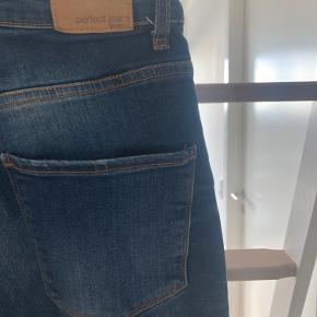 Kristen jeans fra gina tricot. Perfect jeans str. 25. I super stand og med god elastik i stoffet. Stramme og højtaljede 🍁