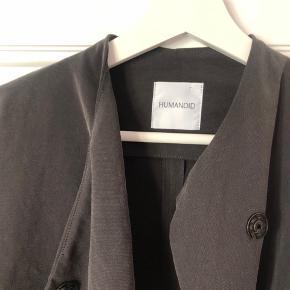 Superfin jakke i asymmetrisk snit. Den er koksgrå og i polyester men meget blød og falder flot.  #30dayssellout