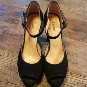 Smukke stiletter / heles fra Ganni. Hælen måler 10,5 , men der er plateau på ca 2 cm og hælen har lidt bredde men virker samtidig slank. Brugt et par gange