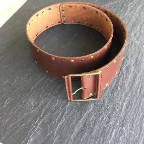 Brunt læderbælte fra Kirsten Schønning. 100 cm langt og knap 7 cm bredt. 🌷