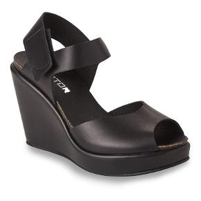 Varetype: Smarte sandaler Farve: Sort Oprindelig købspris: 1399 kr.  Flot sandal i sort skind med kinahæl. Hælhøjde 10,5 cm Platou 2,5 cm  Bytter ikke...