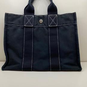 Hermes bomulds håndtaske  Sort model med hvide syninger  God størrelse unik model  Lidt slid i hjørnerne