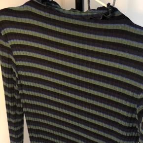 MADS NØRGAARD Langærmet t-shirt, grøn, blå og sort, str.s. Lækreste og blødeste bluse, selv efter vask! Np:500,- Sælger for 220,-