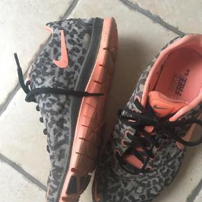 Varetype: Træningssko Farve: Leopard  Fantastik let sko brugt meget lidt Fodlængde 25 cm Nike free står der på sålen
