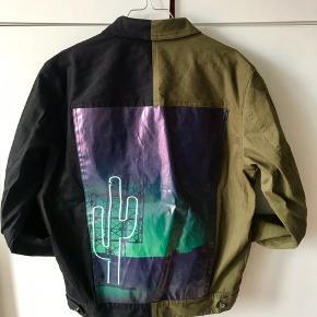 Salg af ny kollektions samples.  - Ny jakke aldrig set før.  - Ingen brystlomme.  Men ellers en fed anderledes 2 farve denim jakke.