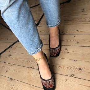 Sorte net heels med firkantet snude 😊  Hælen måler ca 6 cm.  De er kun brugt i et par timer indendørs så fejler absolut intet, de er desværre for store (jeg er normalt en 38.5)   Bytter ikke. Spørgsmål herom ignoreres.  Mindsteprisen er sat, bud herunder ignoreres.