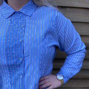 Skjorte fra Nümph i 100% bomuld med fine detaljer. Brugt én gang