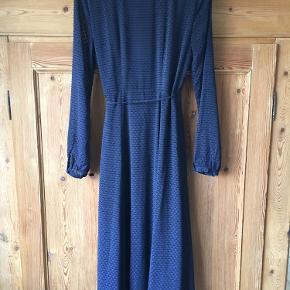 Fin slå-om-kjole fra H&M, sparsomt brugt.
