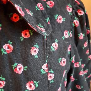 Retro skjorte i blød hørbomuld med mat look og rå kant og stor krave med runde flipper. Facon syet med puf i ærme