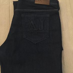 Varetype: Jeans Størrelse: 31 Farve: Blå Oprindelig købspris: 1800 kr.  Flotte Armani jeans, lige købt her på TS. Sælger havde beskrevet dem som aldrig brugt og det er også sådan jeg vil vurdere dem, desværre har jeg taget fejl af str. og de er for store til mig :(..  MP. 800,00 pp.  Måler 90 cm. i taljen - skridtlængde er 24 - 111 cm lange.    Se gerne mine andre annoncer med lækre mærkevarer:)    Giver mængderabat!