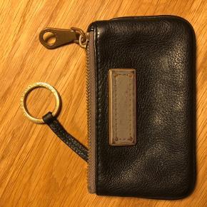 Marc Jacobs pung til nøgler. Er slidt og sælges derfor billigt.