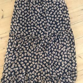 Super flot flæse nederdel passer alt fra str M-XL der elastik i livet nypris 249kr byd :)