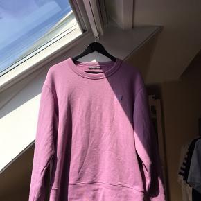 Super lækker trøje til sommeraftenener fra Acne Studios. Nyprisen ligger på 1600 kr og der er derfor penge at spare Næsten ikke brugt  Originale tags medfølger til trøjen