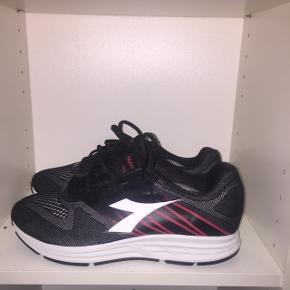 Diadora sneakers / løbesko - str 43 - næsten som nye - sælges billigt   Tjek mindre andre annoncer ud!☀️🌴