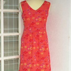 Sød kjole i 2 lag, yderst i tyndt chiffon. Kjolen har V-udskæring både foran og bagpå.  Brystvidde: 48 cm x 2 Livvidde: 41 cm x 2 Længde: Inderste lag er 87 cm langt, og uderste lag er 95 cm.  Ingen byt, og prisen er fast