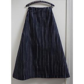 Gedigen Marimekko maxi nederdel i A-form fra 1976. I rigtig god stand. Talje 72,5. Hofte 99 cm. Længde 106 cm.