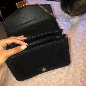 Sælger den her skulder/crossbody taske fra ZARA som er købt i Prague, den er kun brugt få gange og derfor fremstår som ny 🥰 kom med bud