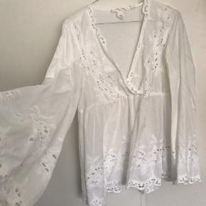 Smuk bluse med broderi - str 38. Store ærmer i bunden.  Np: 500
