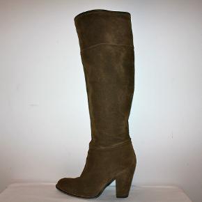 Længe støvler i ruskind med chunky hæl.