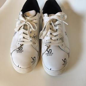 Versace sko til herre. Str 42. Sål måler indvendigt 27,5 Skoene har været på til konfirmation en gang. Flot stand. Pris er fast