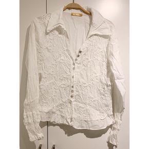 Flot hvid skjorte med mønstre fra Porto ⚪️  - str. XXL men passer en L-XL - 100% bomuld  - brugt, men i pæn stand   Se også mine andre fine annoncer. Sælger billigt ud og giver gerne mængderabat 🌟