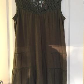 Varetype: Odd Molly kjole Størrelse: 4 Farve: Armygrøn Prisen angivet er inklusiv forsendelse.  Rigtig fin kjole i bomuld - hæklet bærestykke foran og bagpå.  De lyse områder på fotos er solen der skinner ind.    Bytter ikke