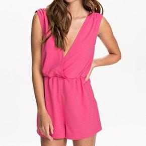 Sælger denne lækre pink buksedragt. Aldrig brugt, stadig med prismærke størrelse 34. Bud er velkommen 🌸