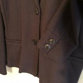 Aldrig brugt men super smart og anvendelig jakke. Perfekt til alle farver og sidder godt.
