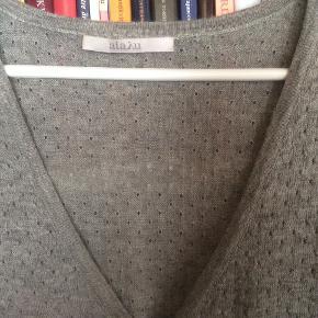 Meget lækker cardigan fra Aiayu, mener nyprisen var ca. 2300. Størrelsen er M, men synes den også passer L. Ingen fejl eller brugsspor, superfin stand. Der er ingen pletter eller lignende, der er kun de små ujævnheder i farven, som ligger i garnet. Længde 86 cm, brystvidde 2 x 65 cm.