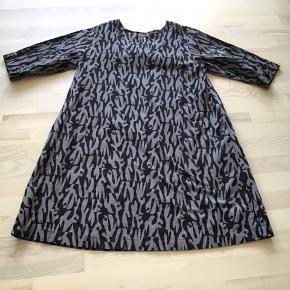 Flot kjole i A-facon i bomuld og med 3/4 ærme