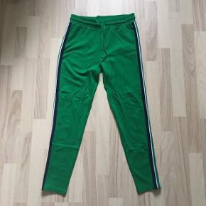 Flotte grønne bukser fra LMTD. Brugt få gange og fejler absolut intet. Byd gerne, da jeg bare skal af med det. :-)