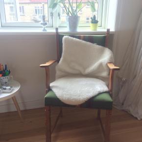 Fin gammel lænestol med grønt stof. Skind medfølger, hvis det ønskes