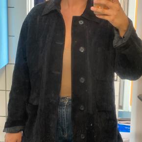 Mega sej og super blød og behagelig vintage ruskindsjakke i mørkeblå Str XL, men kan bruges af de fleste størrelser, da den har et oversize fit  Den er brugt, men i virkelig flot stand uden huller, mangler mm.   Farven er mørkeblå og meget godt repræsenteret på det første billede   Lukkes med knapper og har som sagt et loose fit, lidt skjorte-lignende med store åbne lommer   Købt i vintage butik i London i 2019  Jeg er 178 cm høj og er normalt en 40/42 og den går mig til lige under numsen   Bytter ikke  Kan prøves og afhentes på indre Nørrebro