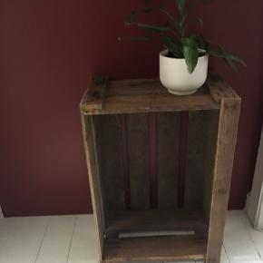 Gammel æblekasse til indretningen. Mål: - L: 60 cm - B: 41 cm - D: 24,5 cm