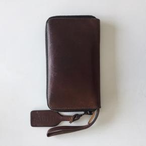 Skøn rummelig pung fra Acne Studios i flot mørkebrun læder med fin patina. Nyprisen var cirka 2000 kr.