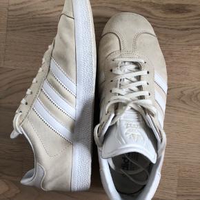 Sneakers i modellen Gazelle fra Adidas Tegn på brug, men i god stand Størrelse 40 (25 cm)