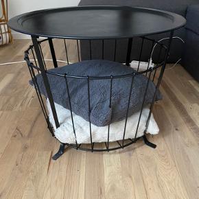 Fint sofabord i god stand, som ses på billedet kan man have forskellige ting i opbevaringen nedenunder.