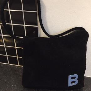 Smuk sort velourtaske med kort skulderhank. Flot som ny. 100% ægte Bjørn Borg.