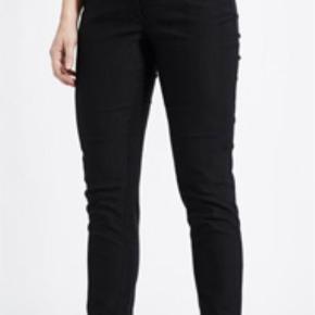 Varetype: Bukser Farve: Sort Oprindelig købspris: 799 kr.  Lau Rie Slim Sophie. Smart buks med lynlås nederst på buksebenet. Brugt 1 gang.   Benlængde: 71 cm