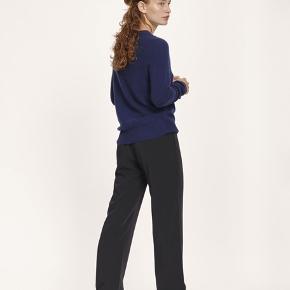Sælger disse populære hoys straight pants - de er som nye bortset fra en plet der er foran på buksen, derfor prisen