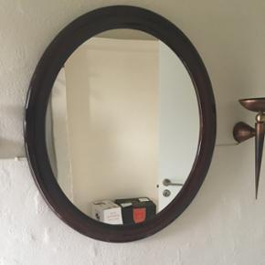 Maghoni-spejl med en bredde på 60cm og en højde på 70cm sælges. Det er af høj kvalitet og derfor er prisen fast. Spejlet sendes desværre ikke.