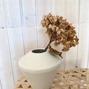 Pæn hvid vase med riller i toppen 🌾 har nogle sorte detaljer i toppen. Måler ca. 16 cm i højden 🌚   Bemærk - afhentes i Hasle eller sendes med dao. Bytter ikke 🌸   ♻️ Vase retro keramik loppefund hvid råhvid loppe
