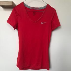 Rød Nike Pro trænings t-shirt, brugt få gange, fejler intet, str. M. Nypris 250kr  Bytter ikke og sender kun på købers regning ☀️