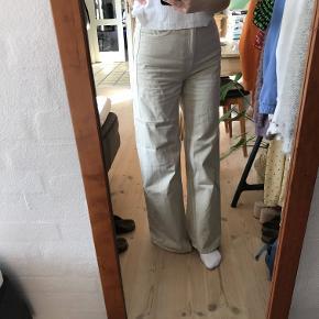 Sælger de rimelig populære ACE bukser fra Weekday str. W25 L30, i farven tinted ecru. Jeg sælger dem fordi de er lidt for store til mig.   Np: 400kr Mp: 150kr, men byd gerne:)