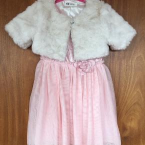 Yndigt sæt til alle forårets og sommerens fester, lyserød kjole med glimmer tyl, str 110/116, blød hvid kunstpels med knap .