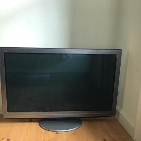 Kæmpe fjernsyn på ca 102x63 cm, gammelt men fungere😊 bytter gerne til et mindre....! du er velkommen til at komme med et bud
