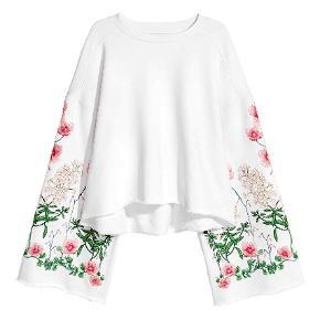 H&m trend sweatshirt. Cropped model med rå kanter, bredde ærmer og broderi