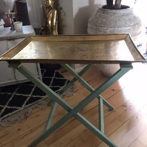Bakkebord.                                      Smuk stor messing bakke fra Nordal. Har selv brugt det oven på træ bukkene/stativet som et lille (ex)bord Mål.  H 59 cm.    L 67 cm.  B 43 cm