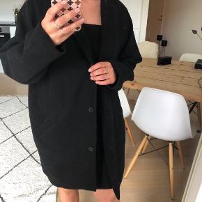 Lille slitage på den ene side af frakken